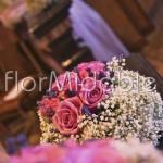 Addobbi romantici con rose, velo da sposa e lavanda