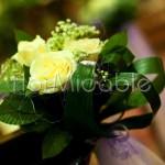 Abbellimento panche cerimonia con bouquet di rose bianche