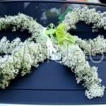 decorazione auto sposi con fiocco floreale