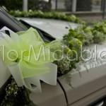 ghirlanda floreale per decorazione auto sposi con fioriture verdi