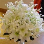 Bouquet da sposa di primavera con mughetti e fiorellini bianchi