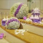 Addobbo chiesa con sfere floreali bianche e lilla
