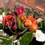 Matrimonio in chiesa in stile tropical con dettagli rustici di rami intrecciati