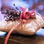 Cuscino portafedi floreale con spighe di lavanda e rose