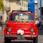 Semplici dettagli floreali per decorare la Fiat 500 degli sposi