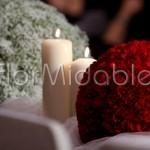 addobbo chiesa con sfere floreali bianche e rosse e candele