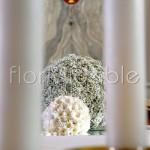 Addobbo chiesa con sfere floreali bianche