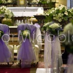 Addobbo matrimonio classico con rose bianche e dettagli lilla