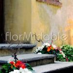 Composizioni per decorare i gradini all'ingresso della chiesa