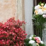 Composizioni scenografiche addobbo esterno chiesa con peonie e rose