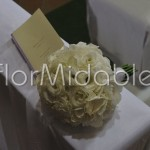 Bouquet a palloncino con ortensie e lisianthus bianchi