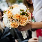 Bouquet autunnale con rose e bacche color pesca