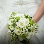 Bouquet di primavera con ranuncoli e fiori di lillà bianchi