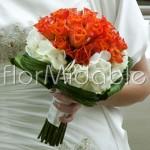 Bouquet con rose arancio e ortensie bianche