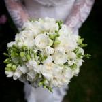 Bouquet profumato con fresie, rose e fiori d'arancio