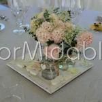 Centrotavola in stile shabby con vasetti di vetro e giacinti rosa cipria