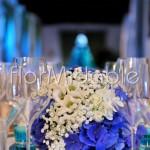 Addobbi floreali a sfera con specchio e ortensie blu