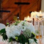 Centrotavola elegante in stile garden con calici di vetro