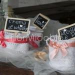Contenitori tricot e lavagnette rustiche per tavolo confetti