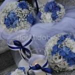 Dettagli decorazioni con fiori e candele bianchi e blu