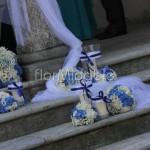 Decorazioni della scalinata esterna alla Chiesa con ortensie bianche e blu