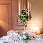 Candelabro elegante decorato con ortensie e rose con candele a steo