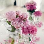 Addobbo del tavolo degli sposi con bouquet di rose e peonie