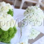 Sfere floreali centrotavola con garofani verdi e rose bianche