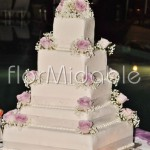 Addobbo wedding cake a base quadrata con rose rosa