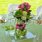 Centrotavola colorato con mix di vasi di vetro e bouquet
