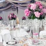Centrotavola elegante su vasi alti in vetro per ricevimento a Villa Rusconi-Clerici