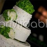 Decorazione floreale torta nuziale con peonie e ortensie