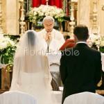 Addobbo elegante della chiesa per matrimonio stile classico