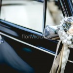 Addobbo auto elegante per la macchina degli sposi
