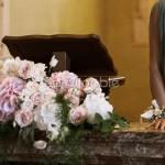 Addobbo romantico cerimonia con rose e ortensie cipria