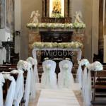 Addobbo chiesa romantico con ortensie e rose bianche, verde pallido e cipria