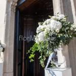 Addobbo portale esterno chiesa con vasi di vetro e composizioni in stile inglese