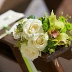 Abbellimento panche chiesa con orchidee e santini verdi