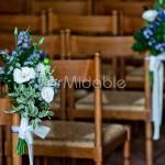 Mazzolini con dalie e fiorellini rustici per addobbo panche chiesa