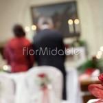 composizioni chiesa con rose bordeaux e velo da sposa