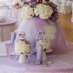Il tableau mariage con rami sbiancati e fiori lilla e bianchi