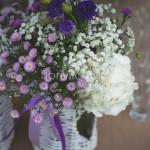 Addobbo del tavolo buffet con fioriture viola, lilla e bianche