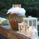 Addobbo dei matrimoni all'aperto con scenografie floreali e candele