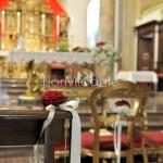 dettagli allestimento panche chiesa con rose rosse