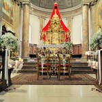 Addobbo navata chiesa con bouquet velo da sposa