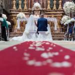 Un allestimento romantico in bianco puro per cerimonia religiosa