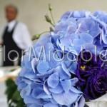 Addobbo con ortensie lilla e lisianthus viola