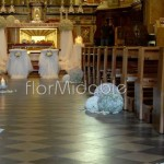 Decorazione della navata centrale con sfere floreali e candele