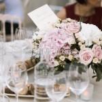 Centrotavola con rose e ortensie pastello e cipria in stile inglese