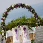 Arco floreale per cerimonia civile romantica nel parco